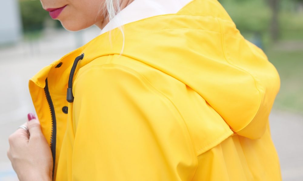 Fashionblogger Outfit Regenmantel gelb Vero Moda Kleid Mango Nike Air Max weiss (7)