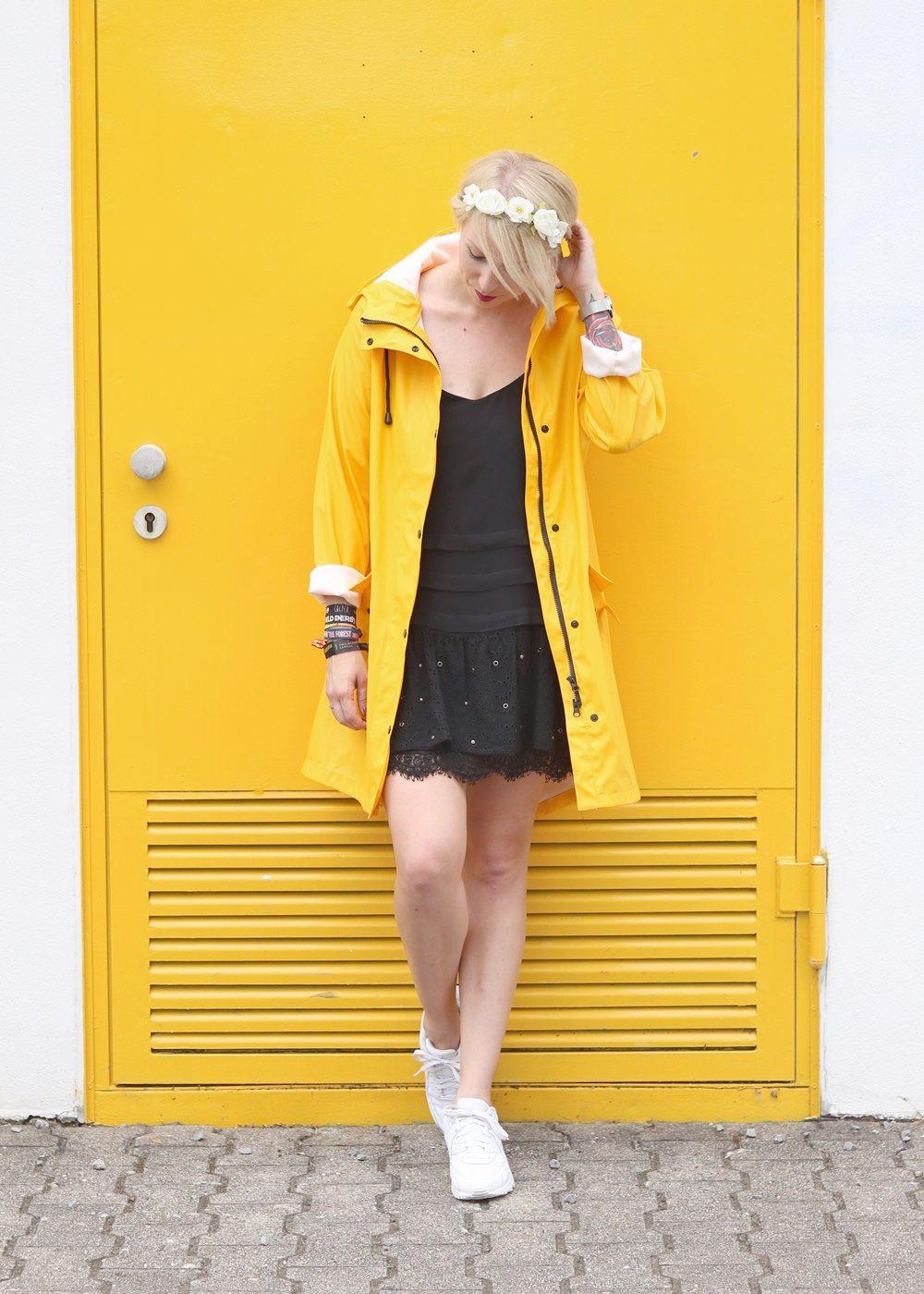 Fashionblogger Outfit Regenmantel gelb Vero Moda Kleid Mango Nike Air Max weiss (9)