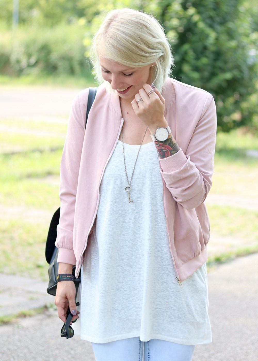 Fashionbloggerin Karlsruhe Outfit rosa Blousonjacke Puma Sneaker Jeans Cluse Uhr (10)
