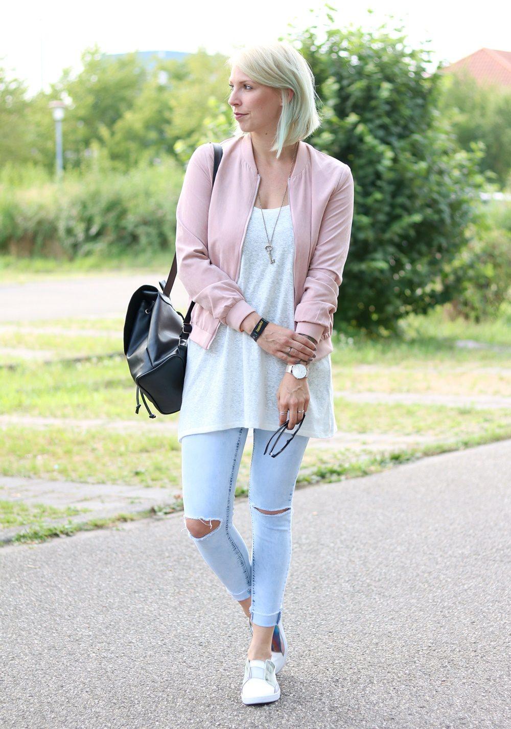 Fashionbloggerin Karlsruhe Outfit rosa Blousonjacke Puma Sneaker Jeans Cluse Uhr (11)
