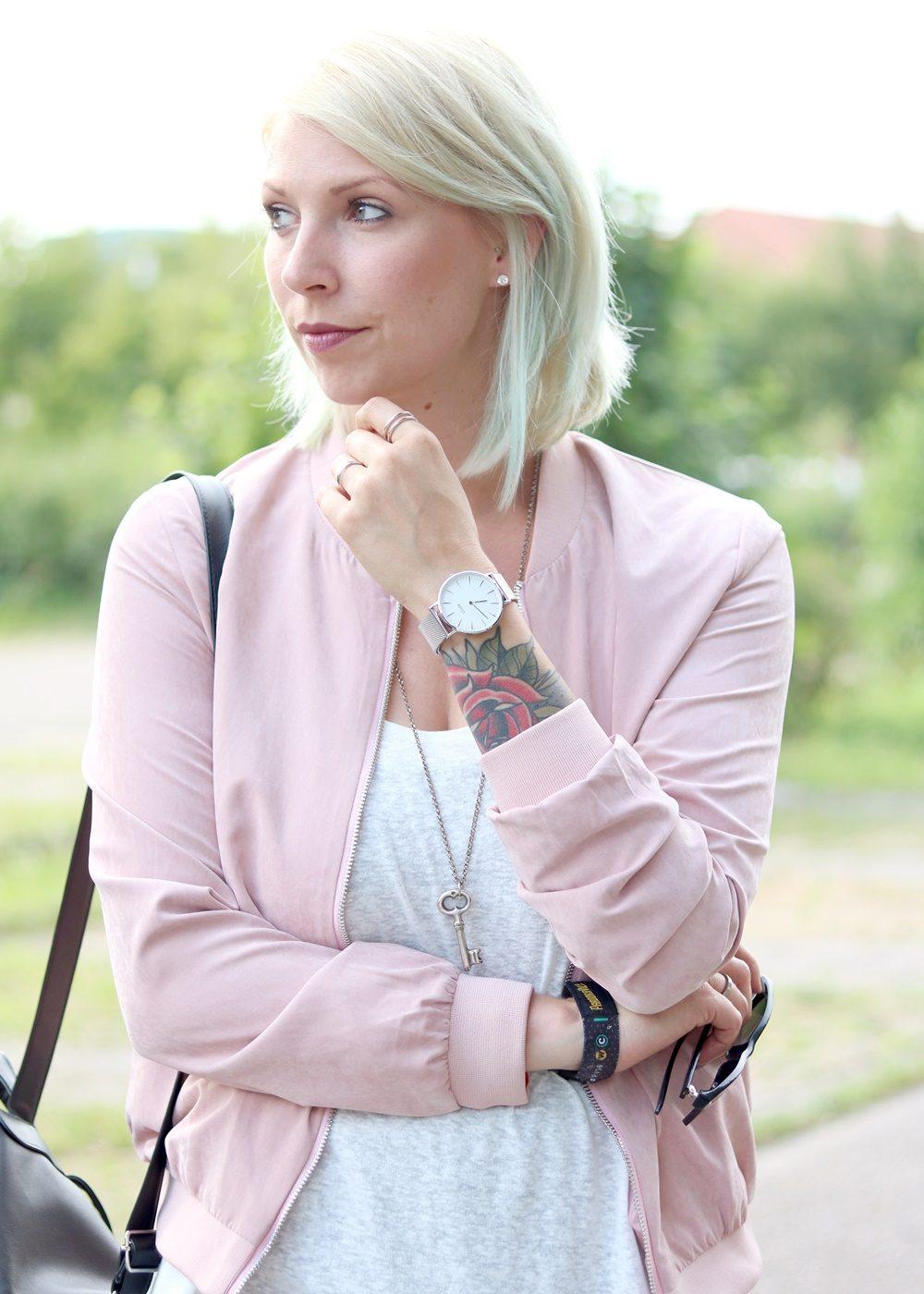 Fashionbloggerin Karlsruhe Outfit rosa Blousonjacke Puma Sneaker Jeans Cluse Uhr (12)