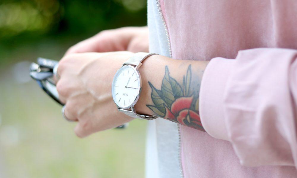 Fashionbloggerin Karlsruhe Outfit rosa Blousonjacke Puma Sneaker Jeans Cluse Uhr (16)