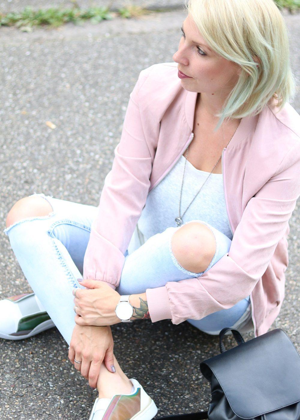 Fashionbloggerin Karlsruhe Outfit rosa Blousonjacke Puma Sneaker Jeans Cluse Uhr (2)