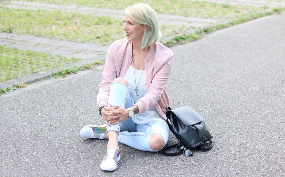 Fashionbloggerin Karlsruhe Outfit rosa Blousonjacke Puma Sneaker Jeans Cluse Uhr (25)