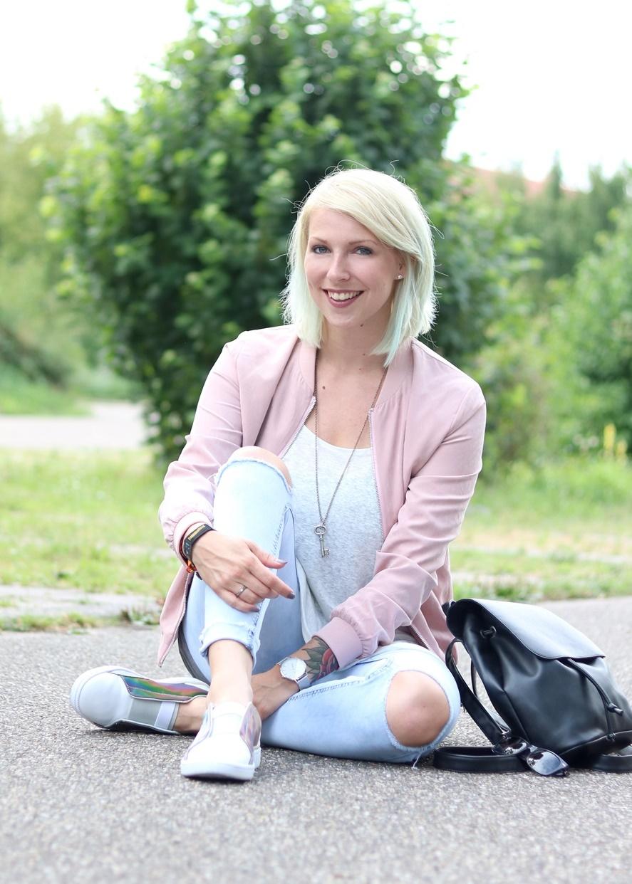 Fashionbloggerin Karlsruhe Outfit rosa Blousonjacke Puma Sneaker Jeans Cluse Uhr (26)