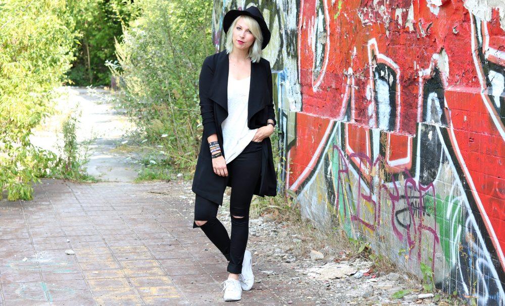 Lost Places Berlin Fashionblogger Outfit Jeans weisse Sneaker Deichmann schwarzer Mantel (10)