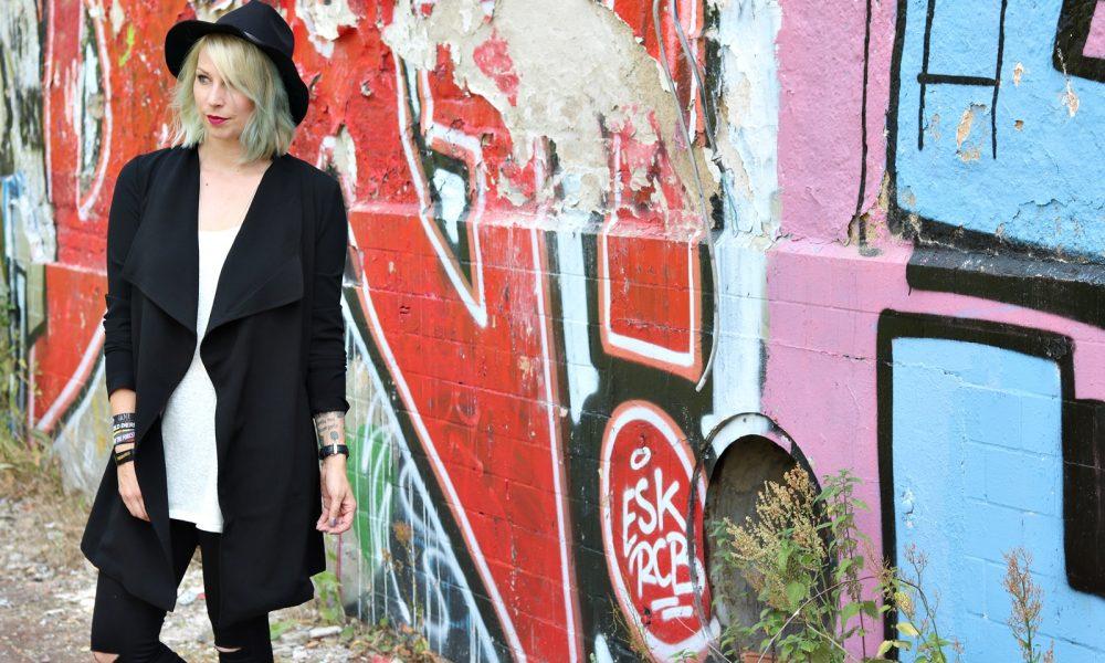 Lost Places Berlin Fashionblogger Outfit Jeans weisse Sneaker Deichmann schwarzer Mantel (11)