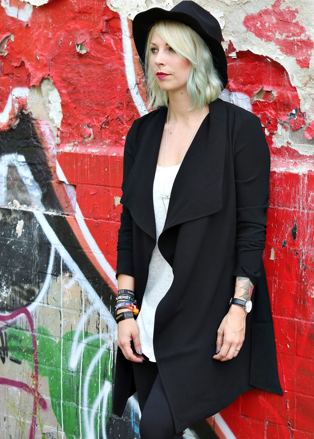 Lost Places Berlin Fashionblogger Outfit Jeans weisse Sneaker Deichmann schwarzer Mantel (21)