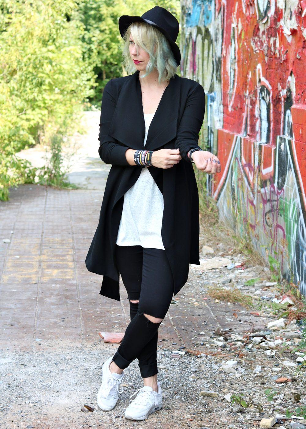 Lost Places Berlin Fashionblogger Outfit Jeans weisse Sneaker Deichmann schwarzer Mantel (4)