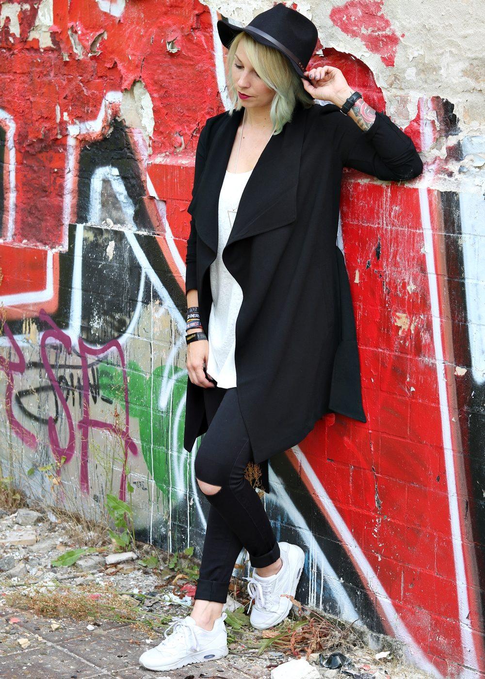 Lost Places Berlin Fashionblogger Outfit Jeans weisse Sneaker Deichmann schwarzer Mantel (7)