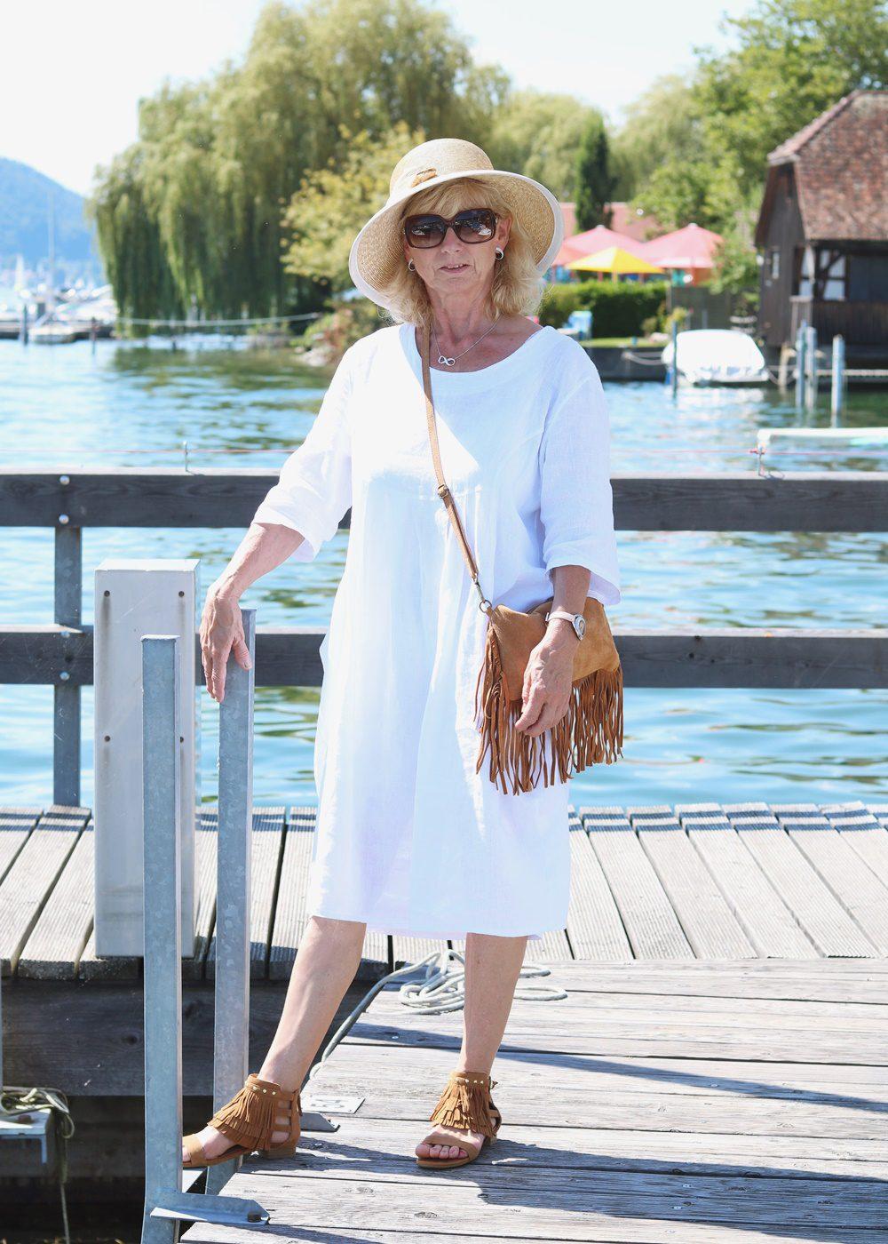 Outfit Bodensee weisses Kleid Strohhut Fransensandalen Fransentasche