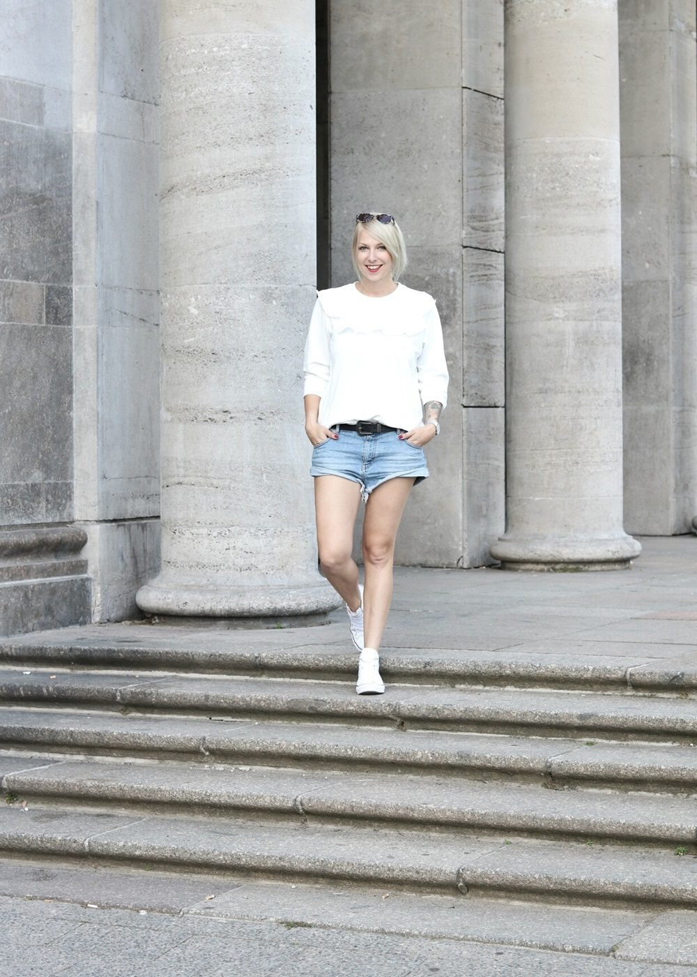 Fashionblogger Berlin Outfit Jeansshorts weisse Lederchucks Swater Rüschen Michalsky Sonnenbrille (2)
