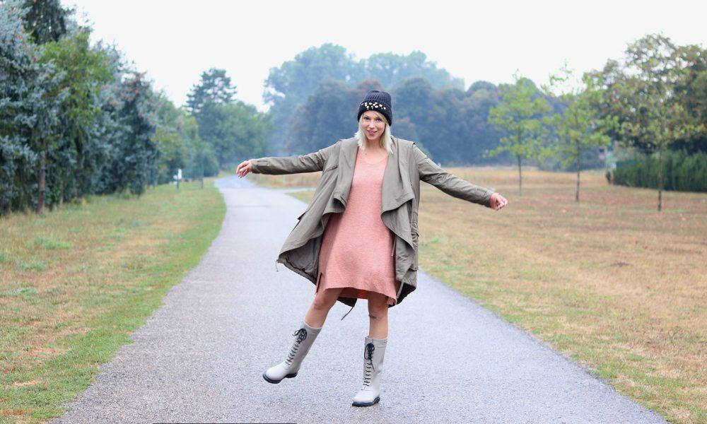 Fashionblogger Outfit Gummistiefel Ilse Jacobsen Strickkleid rosa Parka khaki Oversize Beanie mit Glitzersteinen (13)