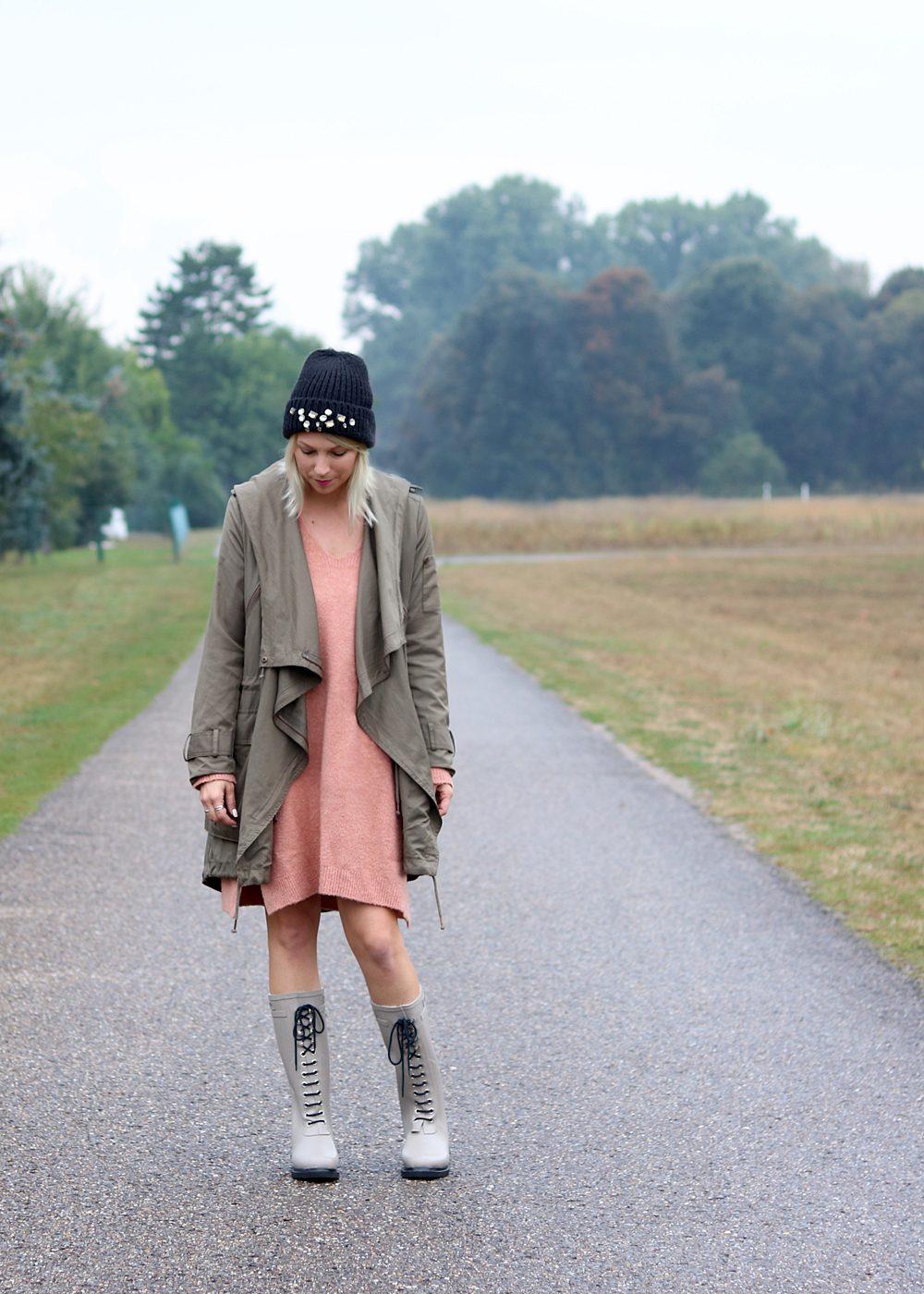 Fashionblogger Outfit Gummistiefel Ilse Jacobsen Strickkleid rosa Parka khaki Oversize Beanie mit Glitzersteinen (3)