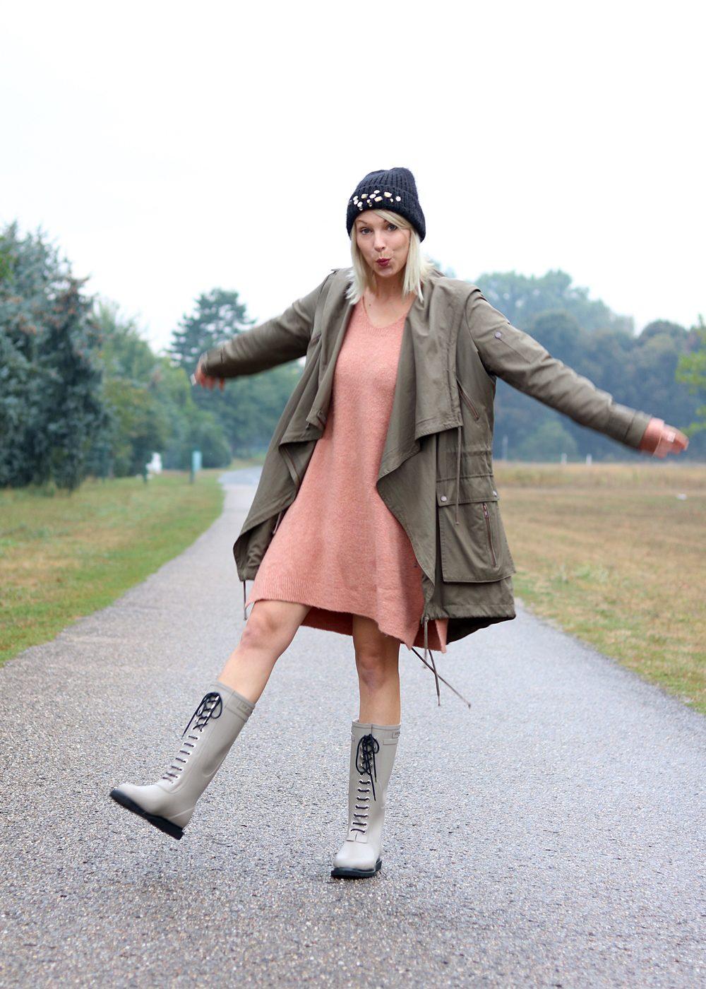 Fashionblogger Outfit Gummistiefel Ilse Jacobsen Strickkleid rosa Parka khaki Oversize Beanie mit Glitzersteinen (5)