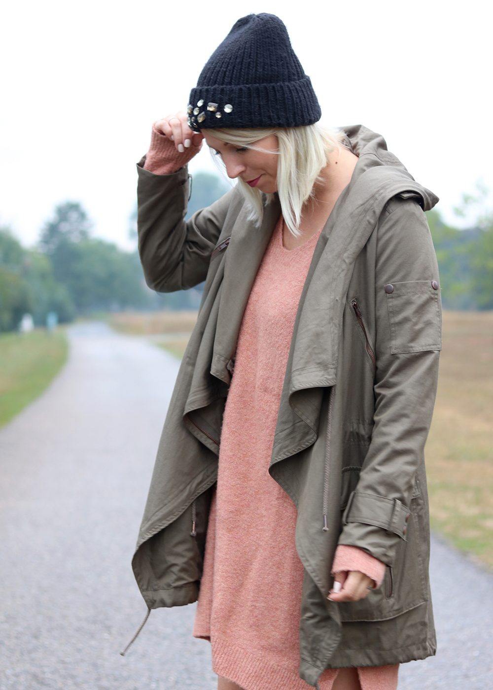 Fashionblogger Outfit Gummistiefel Ilse Jacobsen Strickkleid rosa Parka khaki Oversize Beanie mit Glitzersteinen (7)