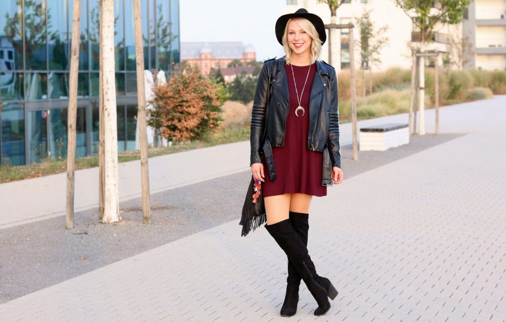 fashionblogger-outfit-karlsruhe-kleid-bordeaux-schwarze-overknees-hut-lederjacke-fransentasche-1