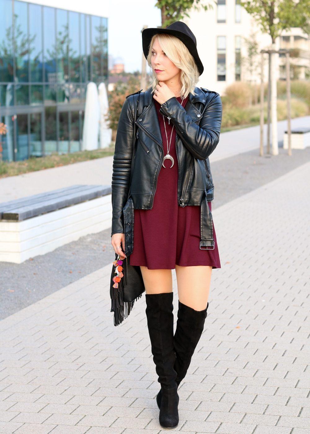 fashionblogger-outfit-karlsruhe-kleid-bordeaux-schwarze-overknees-hut-lederjacke-fransentasche-2