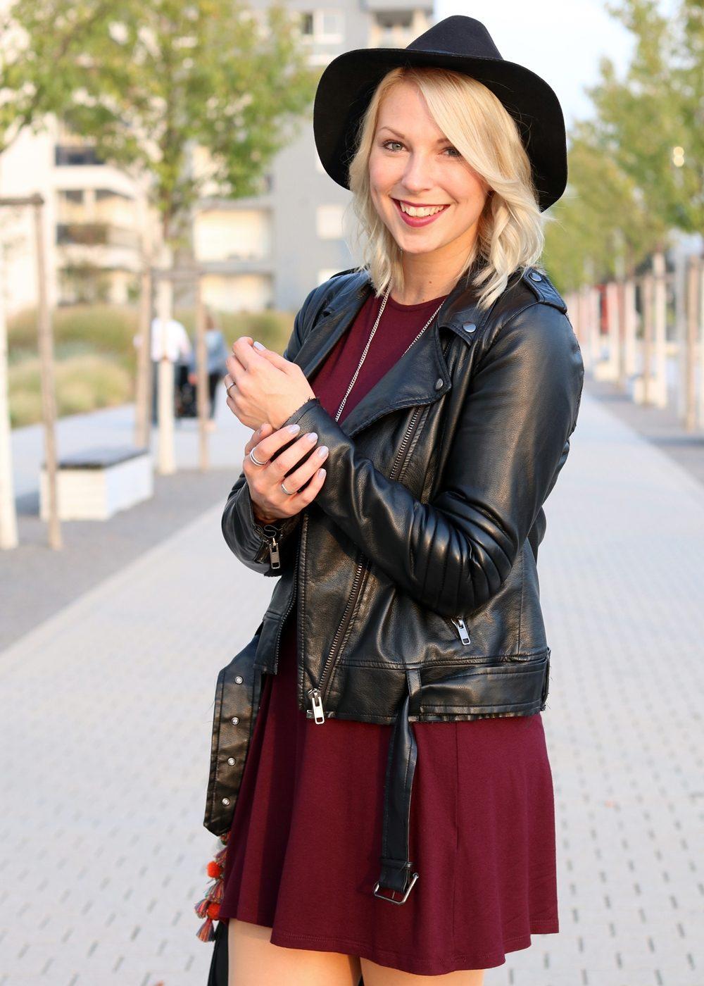 fashionblogger-outfit-karlsruhe-kleid-bordeaux-schwarze-overknees-hut-lederjacke-fransentasche-7