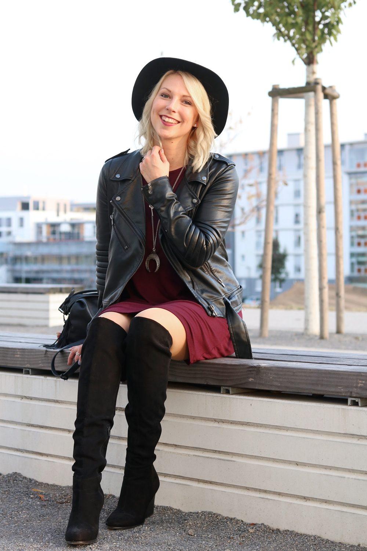 fashionblogger-outfit-karlsruhe-kleid-bordeaux-schwarze-overknees-hut-lederjacke-fransentasche-8