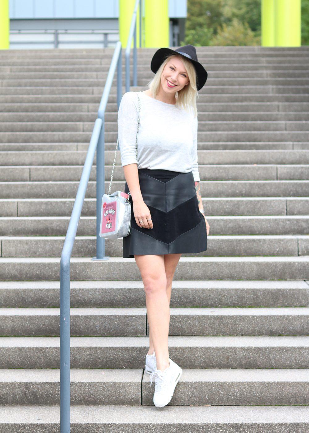 Fashionblogger Outfit Lederrock Zara Hut weisse Sneaker Nike Bad Bitch Fuel Tasche Asos (15)