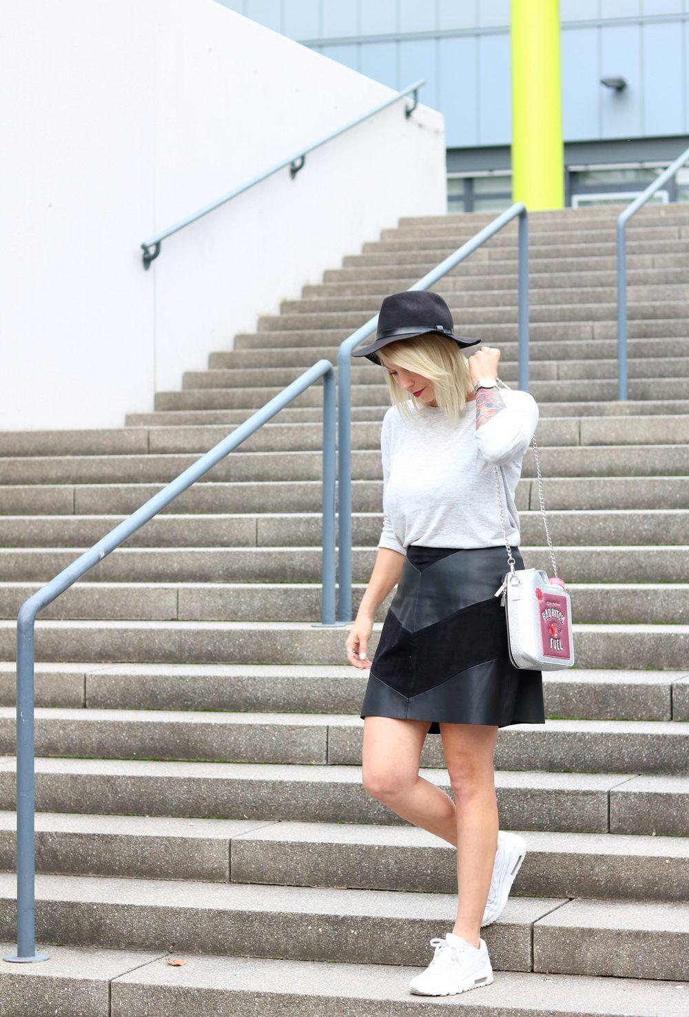 Fashionblogger Outfit Lederrock Zara Hut weisse Sneaker Nike Bad Bitch Fuel Tasche Asos (17)