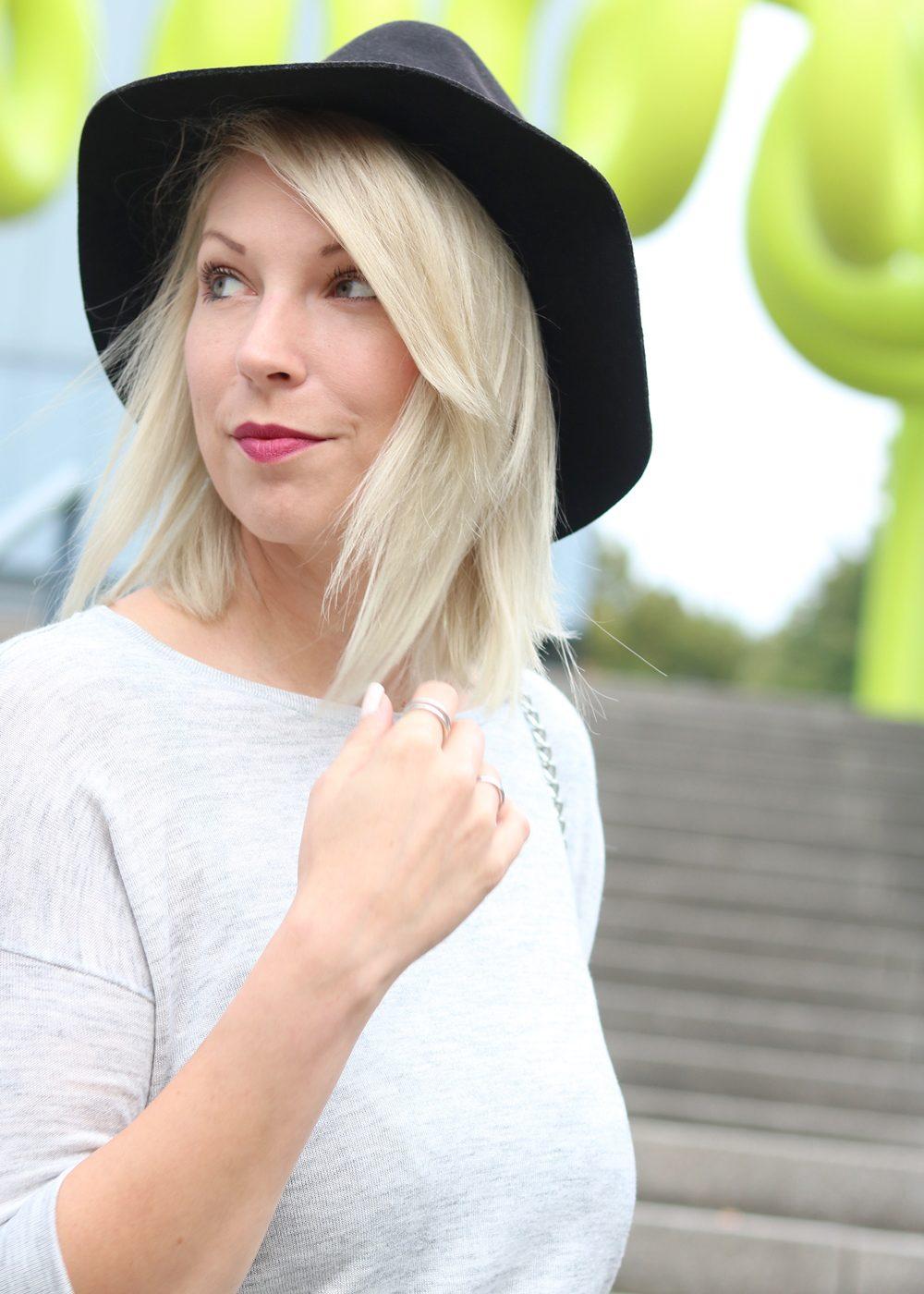 Fashionblogger Outfit Lederrock Zara Hut weisse Sneaker Nike Bad Bitch Fuel Tasche Asos (3)