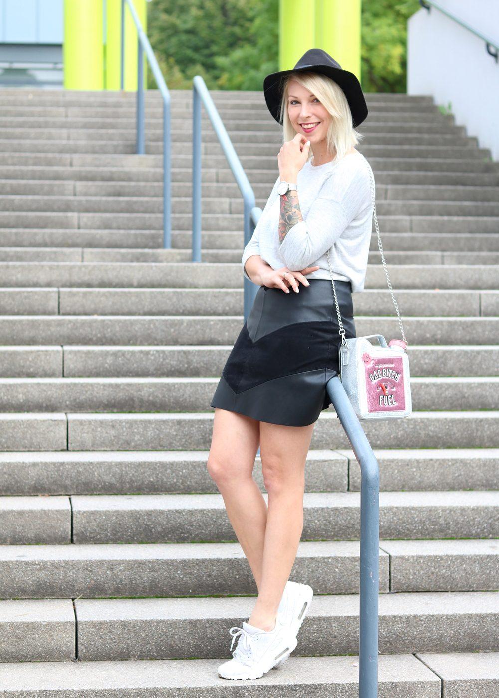Fashionblogger Outfit Lederrock Zara Hut weisse Sneaker Nike Bad Bitch Fuel Tasche Asos (8)