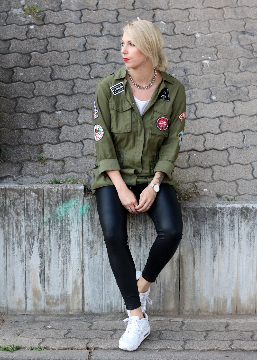Fashionblogger Outfit Parka Patches Nike Air Max Sneaker schwarze Skinnyjeans gewachst (2)
