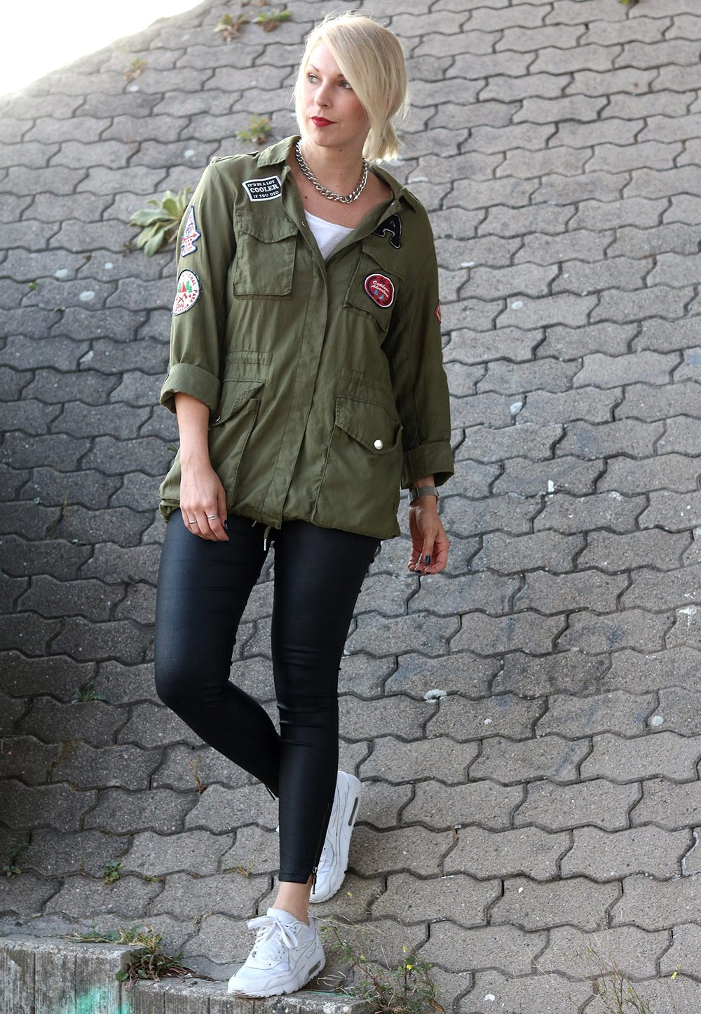 Fashionblogger Outfit Parka Patches Nike Air Max Sneaker schwarze Skinnyjeans gewachst (3)