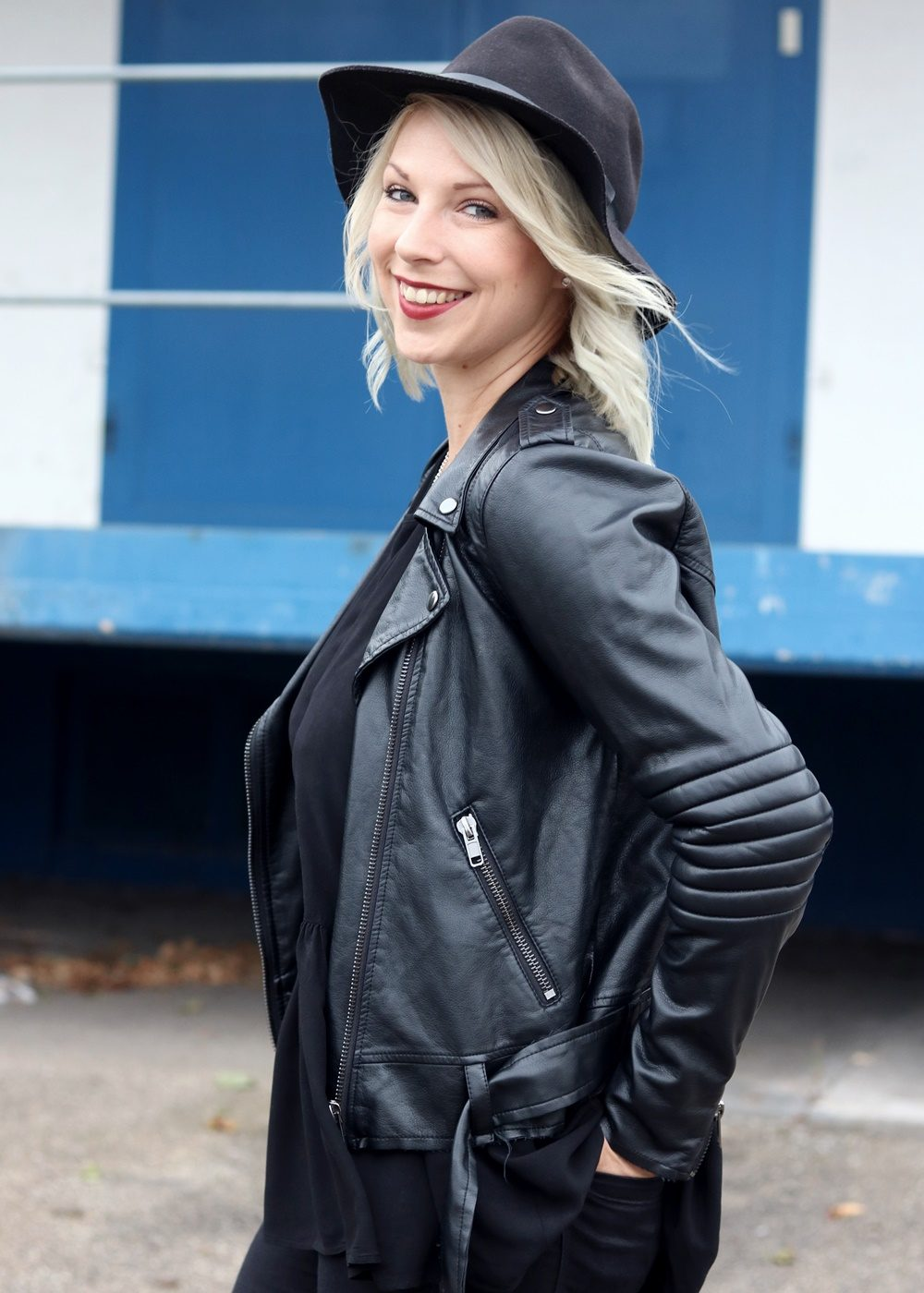 Fashionblogger Outfit all in black Jeans Lederjacke Hut Fransentasche Bikerboots (17)