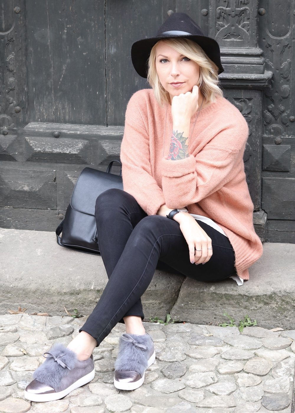fashionblogger-outfit-rosa-strickpullover-zara-graue-sneaker-fell-rucksack-hut-jeans-10