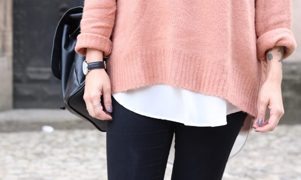 fashionblogger-outfit-rosa-strickpullover-zara-graue-sneaker-fell-rucksack-hut-jeans-5