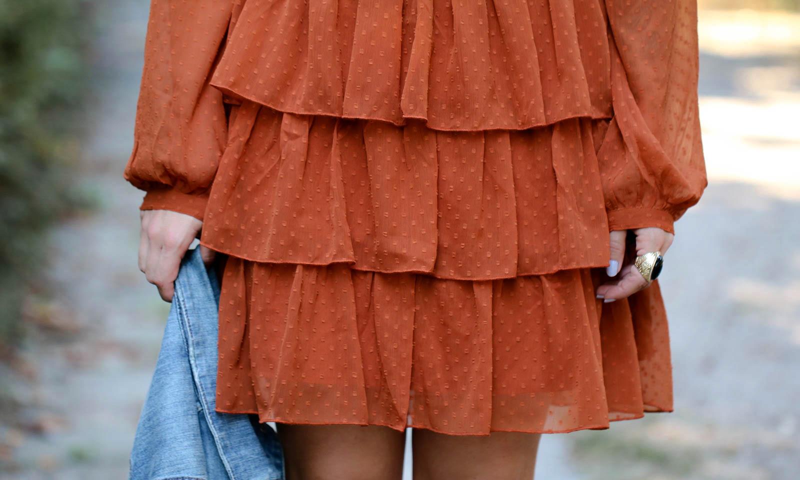 outfit kleid volants vero moda rostrot jeansjacke stiefeletten hut ...
