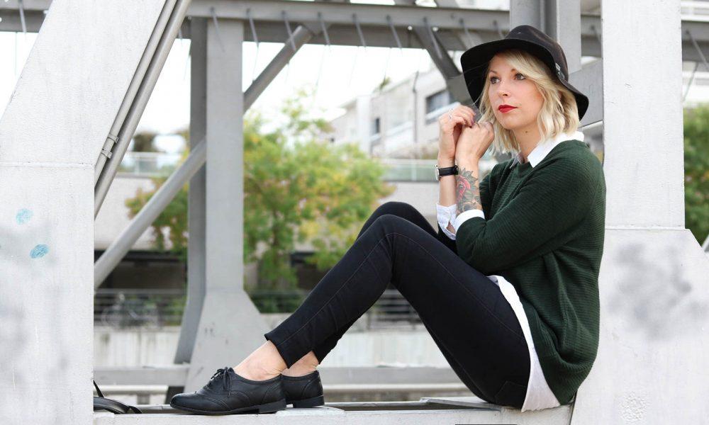 outfit-gruener-strickpullover-weisse-bluse-schwarze-jeans-16-von-20