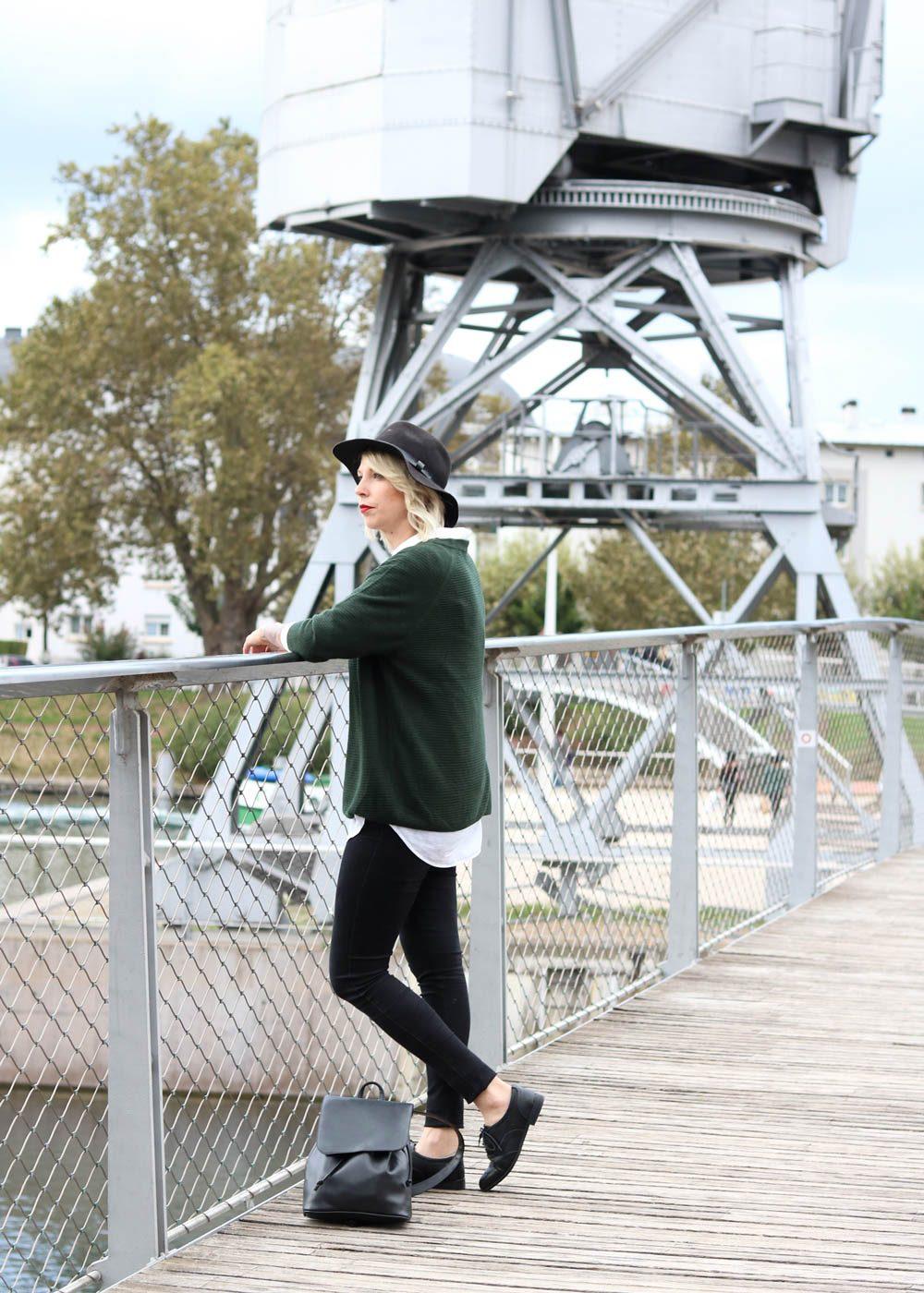 outfit-gruener-strickpullover-weisse-bluse-schwarze-jeans-2-von-20