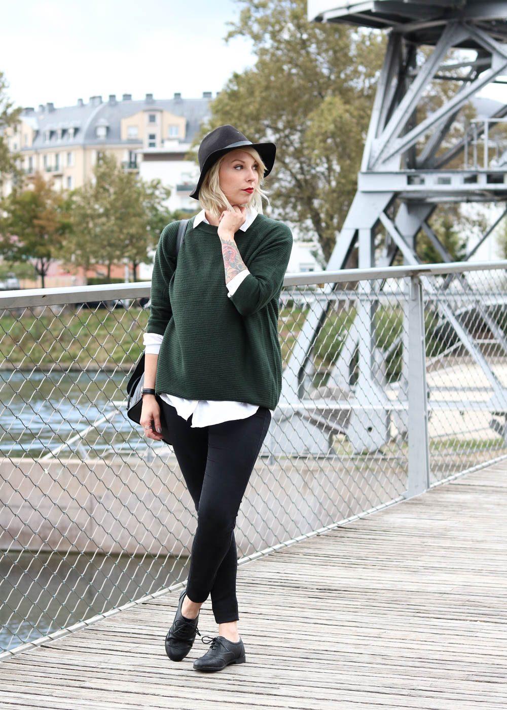outfit-gruener-strickpullover-weisse-bluse-schwarze-jeans-3-von-20