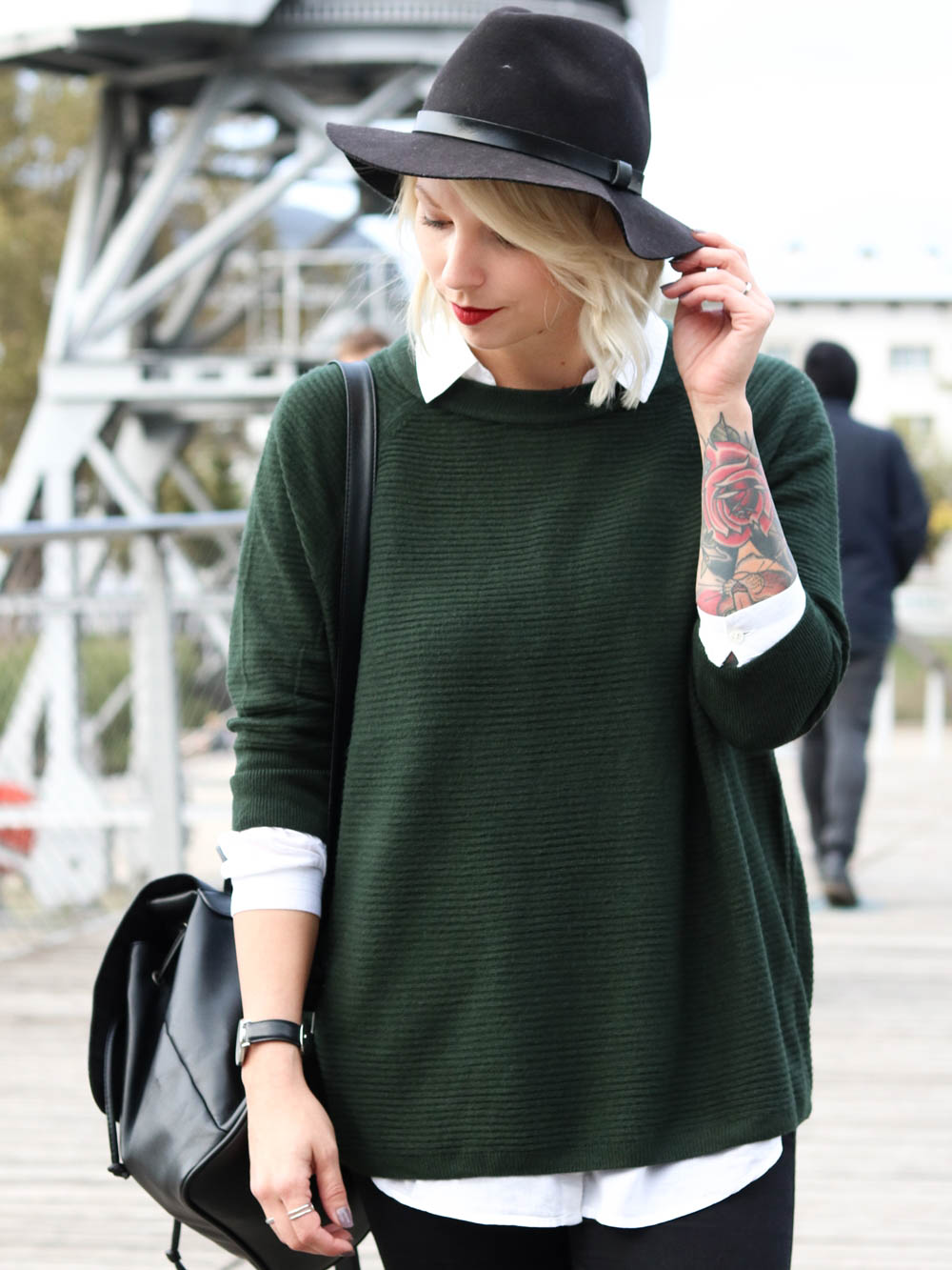 outfit-gruener-strickpullover-weisse-bluse-schwarze-jeans