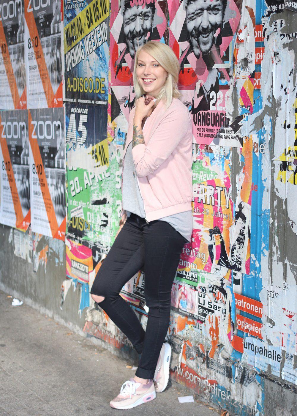 outfit-schwarze-skinnyjeans-rosa-blousonjacke-rose-sneaker-deichmann-pailetten-casio-uhr-rose-11
