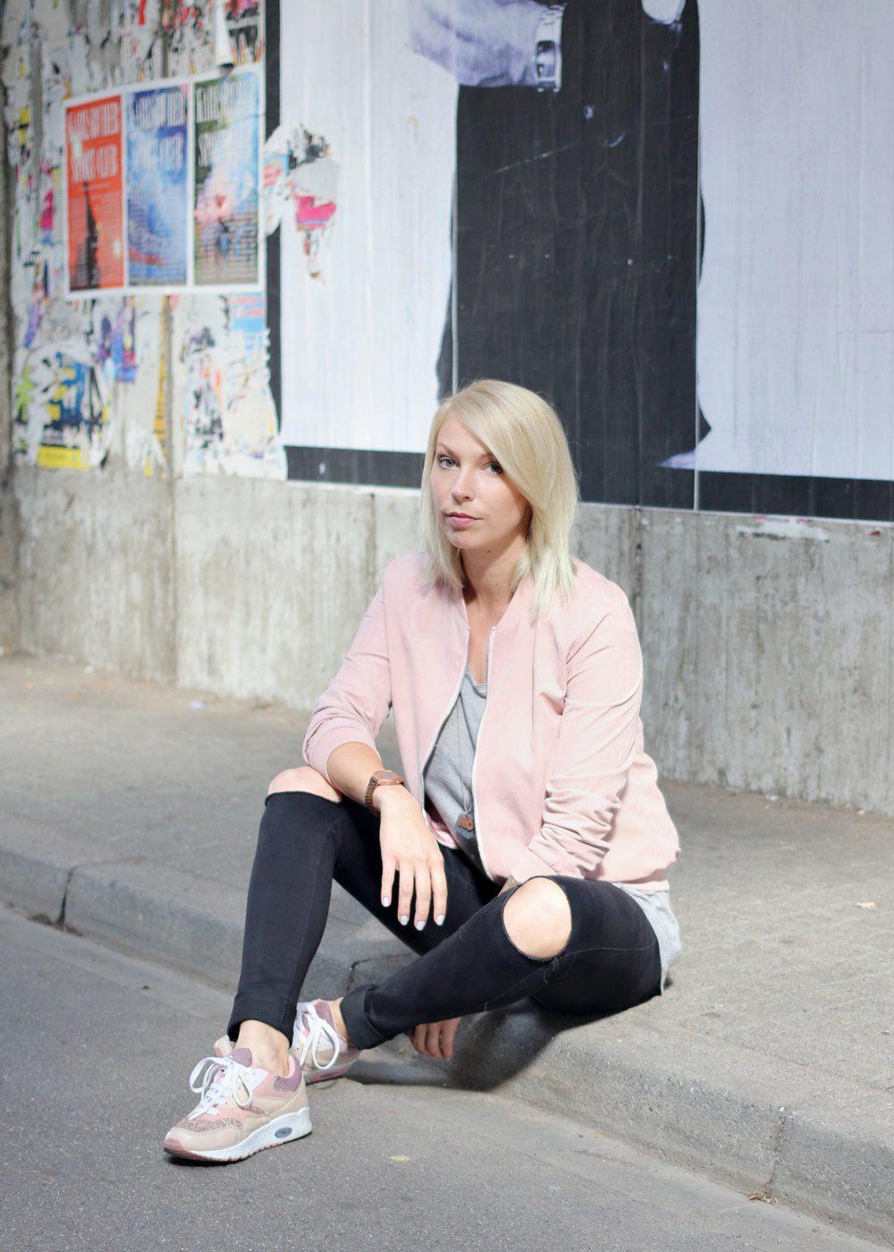 outfit-schwarze-skinnyjeans-rosa-blousonjacke-rose-sneaker-deichmann-pailetten-casio-uhr-rose-6