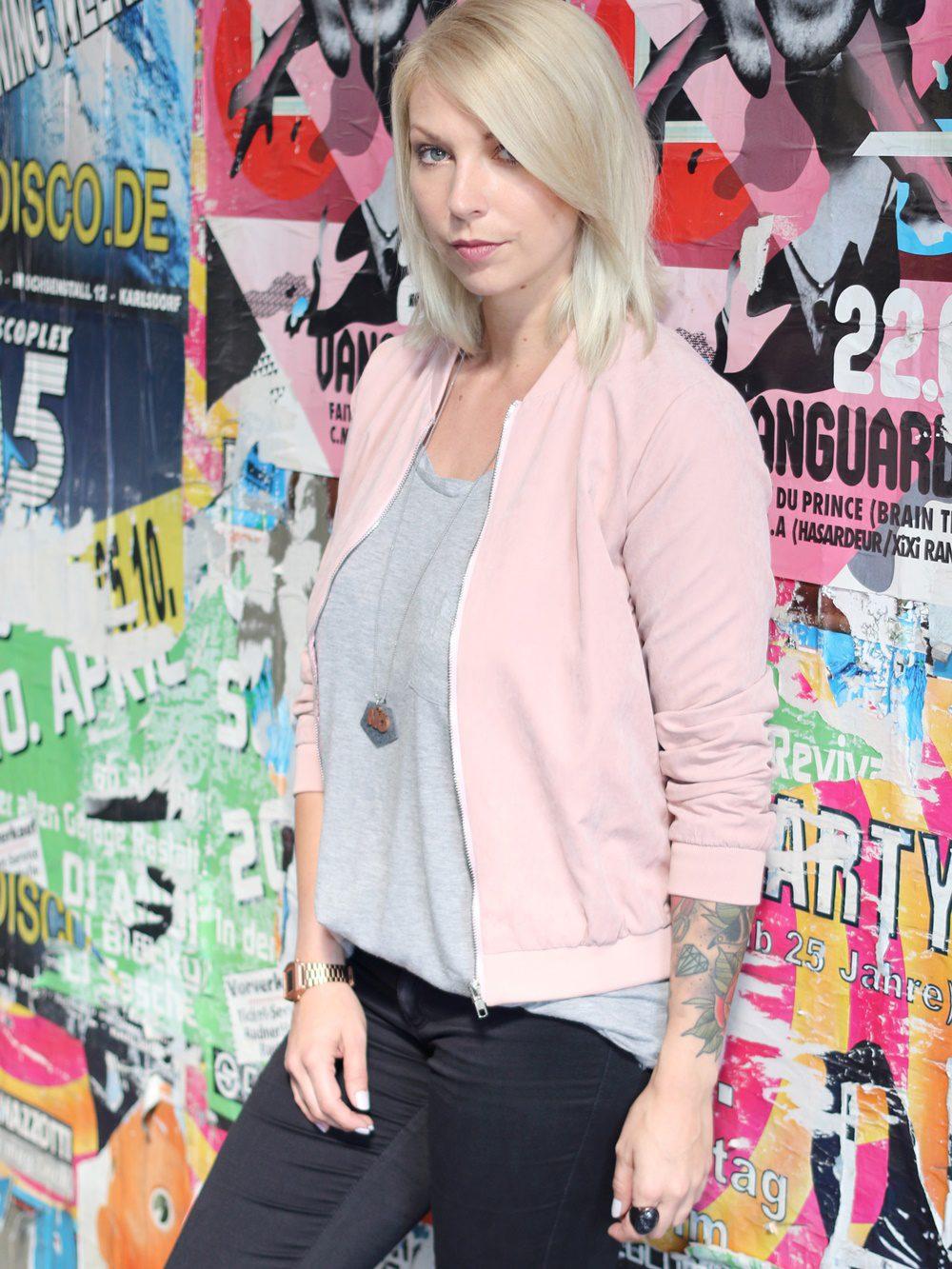outfit-schwarze-skinnyjeans-rosa-blousonjacke-rose-sneaker-deichmann-pailetten-casio-uhr-rose-9