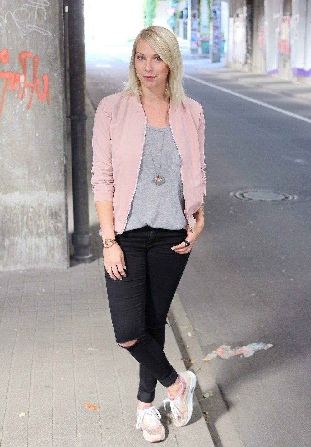 outfit-schwarze-skinnyjeans-rosa-blousonjacke-rose-sneaker-deichmann-pailletten-casio-uhr-rose-2