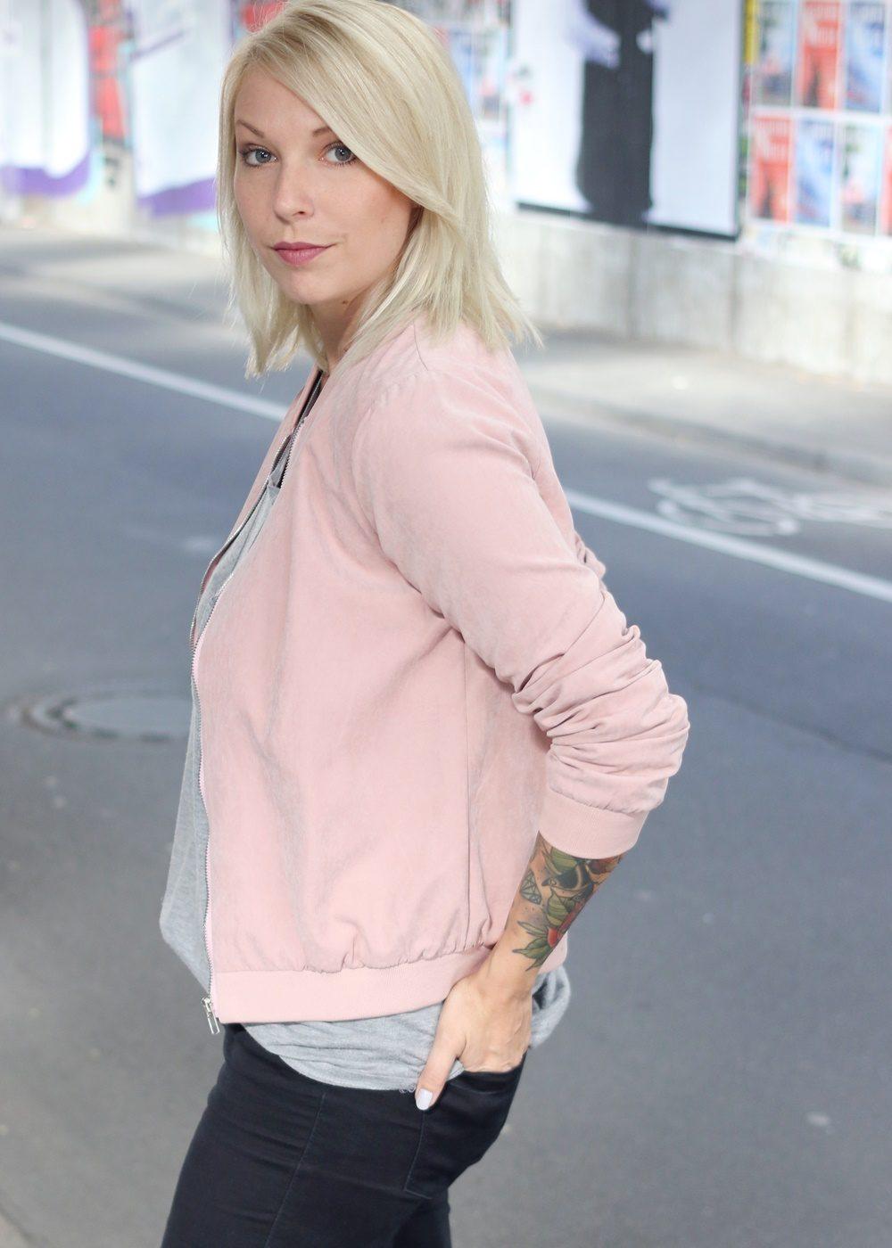 outfit-schwarze-skinnyjeans-rosa-blousonjacke-rose-sneaker-deichmann-pailletten-casio-uhr-rose-4