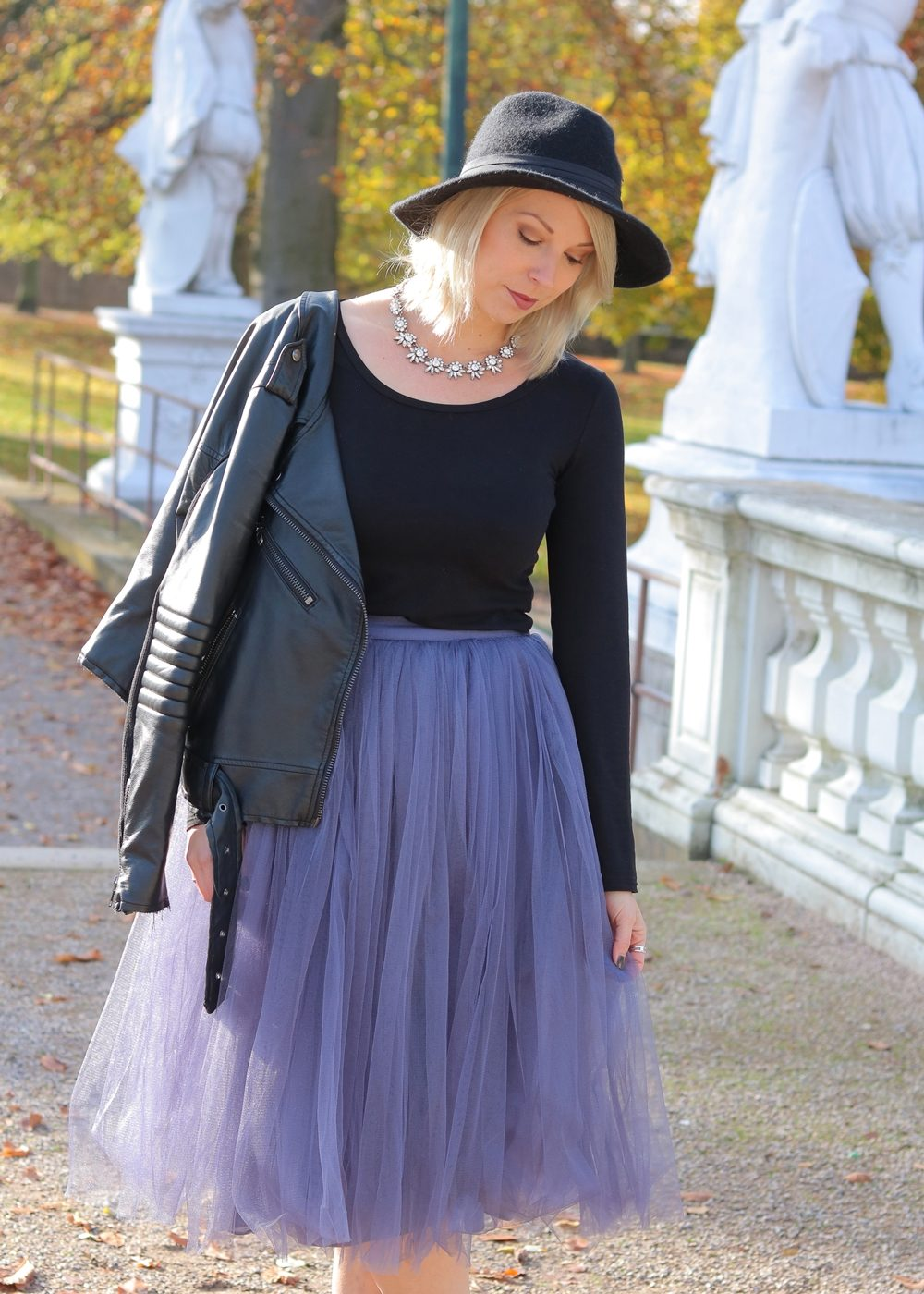 fashionblogger-karlsruhe-outfit-lila-tuellrock-asos-shirt-pumps-tamaris-schwarzer-hut-12