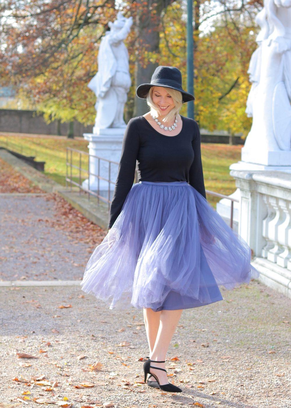 fashionblogger-karlsruhe-outfit-lila-tuellrock-asos-shirt-pumps-tamaris-schwarzer-hut-6