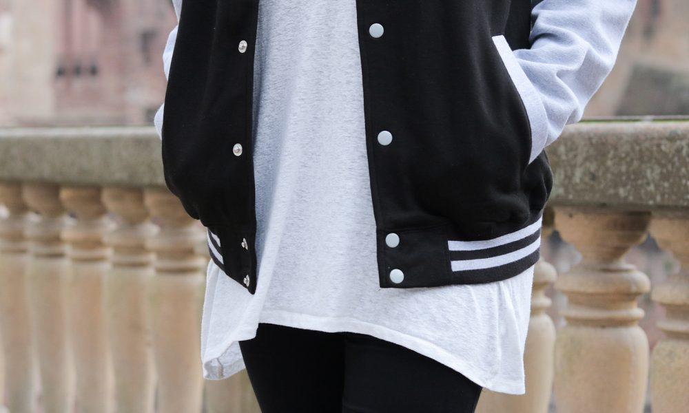 fashionblogger-outfit-emp-hogwarts-collegajcke-converse-lederchucks-skinnyjeans-16-von-20