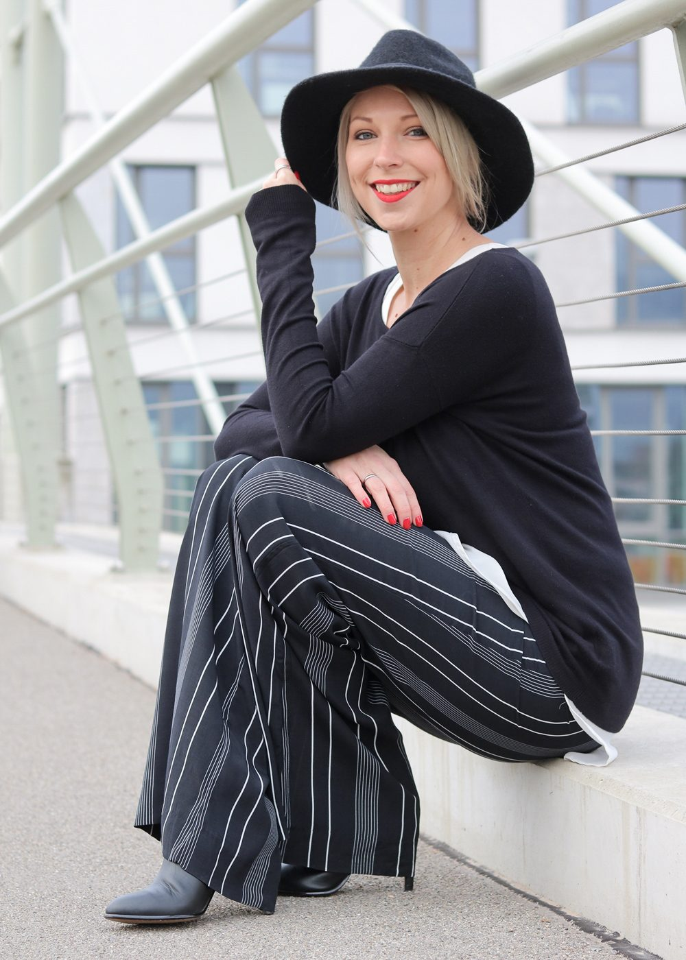 fashionblogger-outfit-palazzohose-streifen-mango-sweater-hut-12-von-17