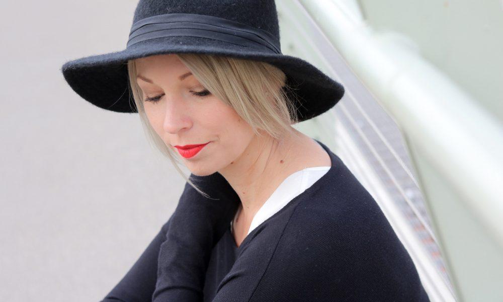 fashionblogger-outfit-palazzohose-streifen-mango-sweater-hut-16-von-17