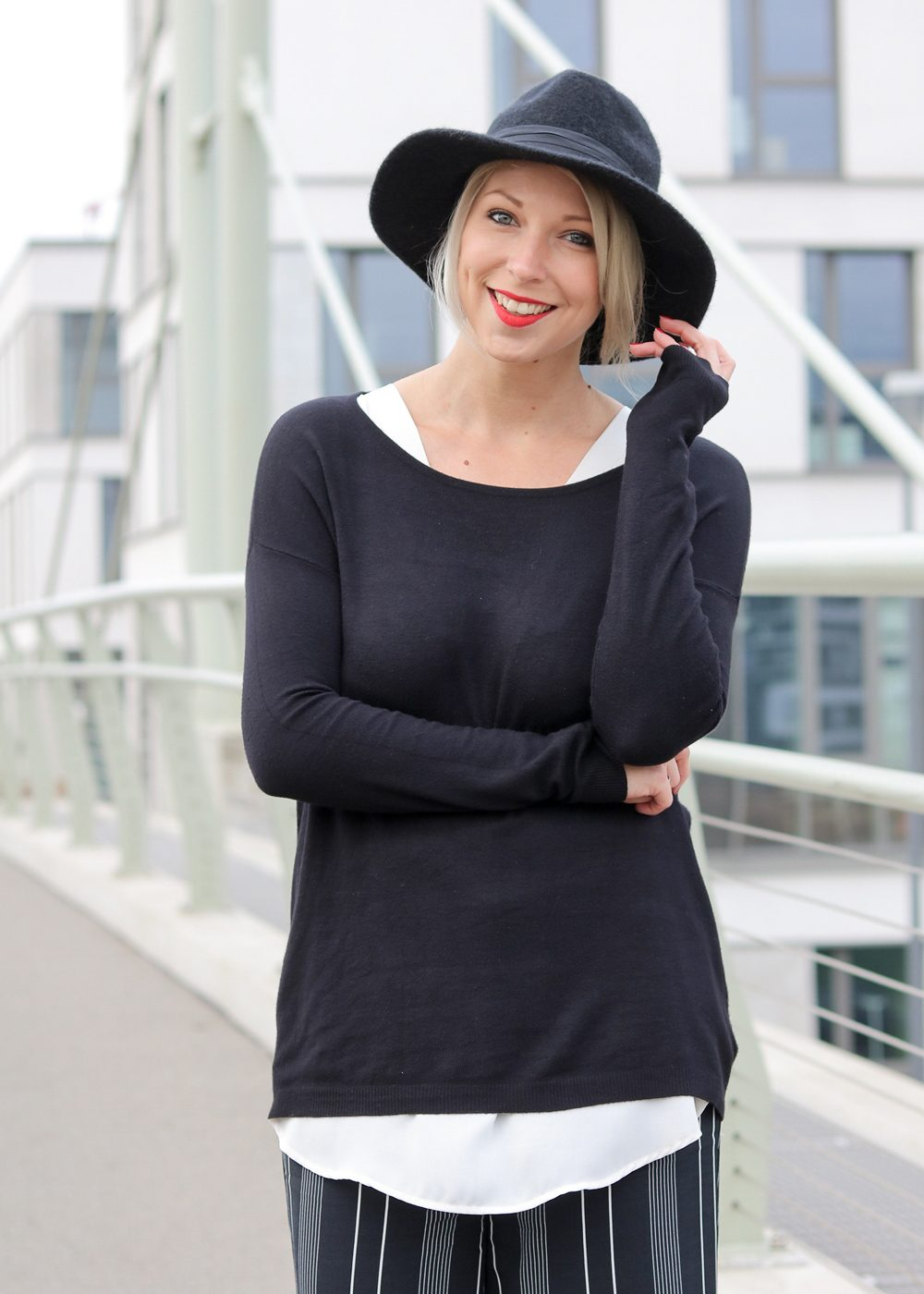 fashionblogger-outfit-palazzohose-streifen-mango-sweater-hut-7-von-17