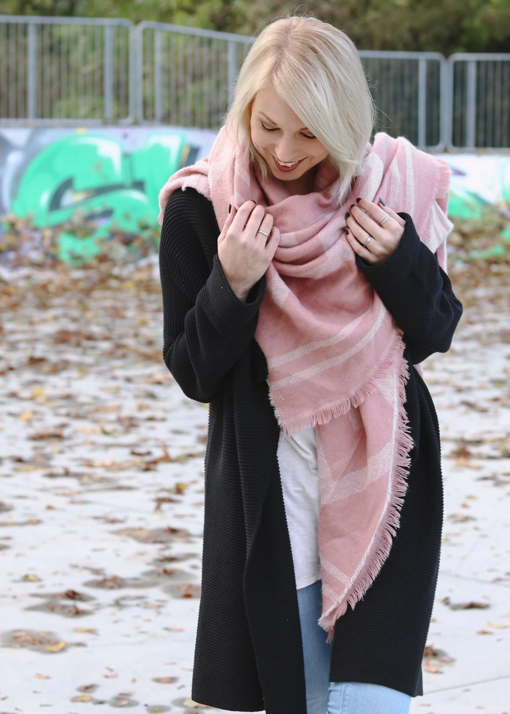 modeblogger-karlsruhe-outfit-herbst-skinnyjeans-rosa-schal-strickcardigan-reebok-classics-pearlized-metallic-11